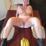 Vieille rombière veut des bananes dans la foune