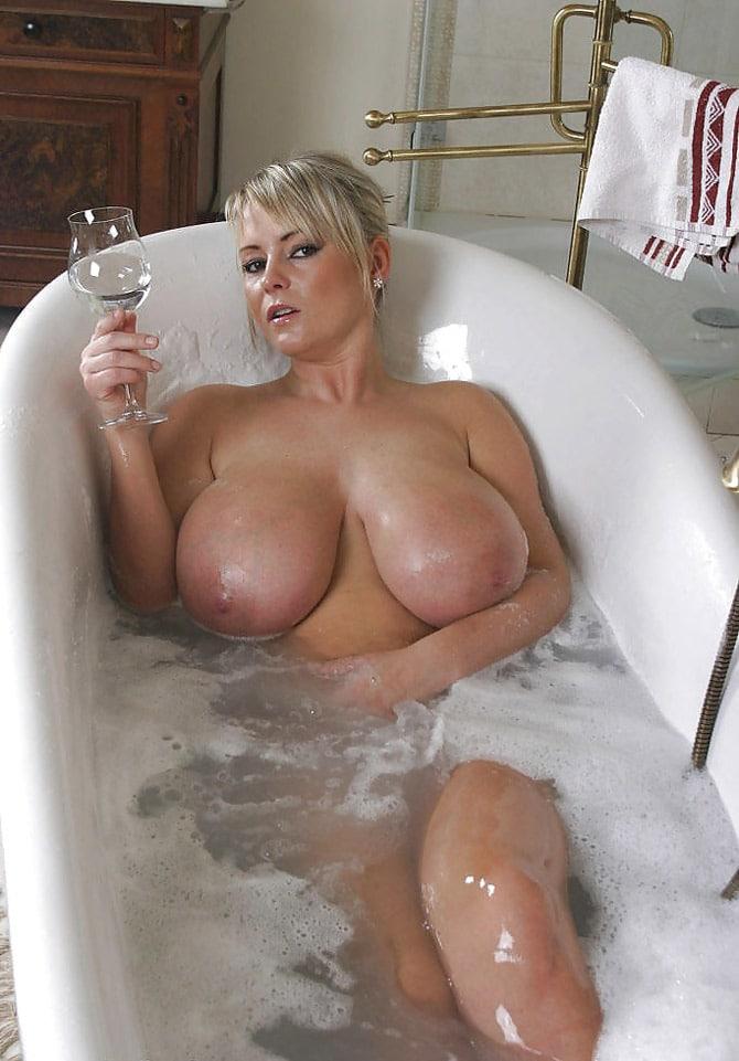 Rombière blonde aux seins énormes