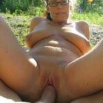 Sexe outdoor pour Solange, maman à lunettes