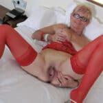 Sandrine, vieille salope blonde en lingerie rouge