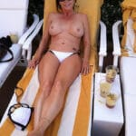 MILF brune prend l'apéro seins nus