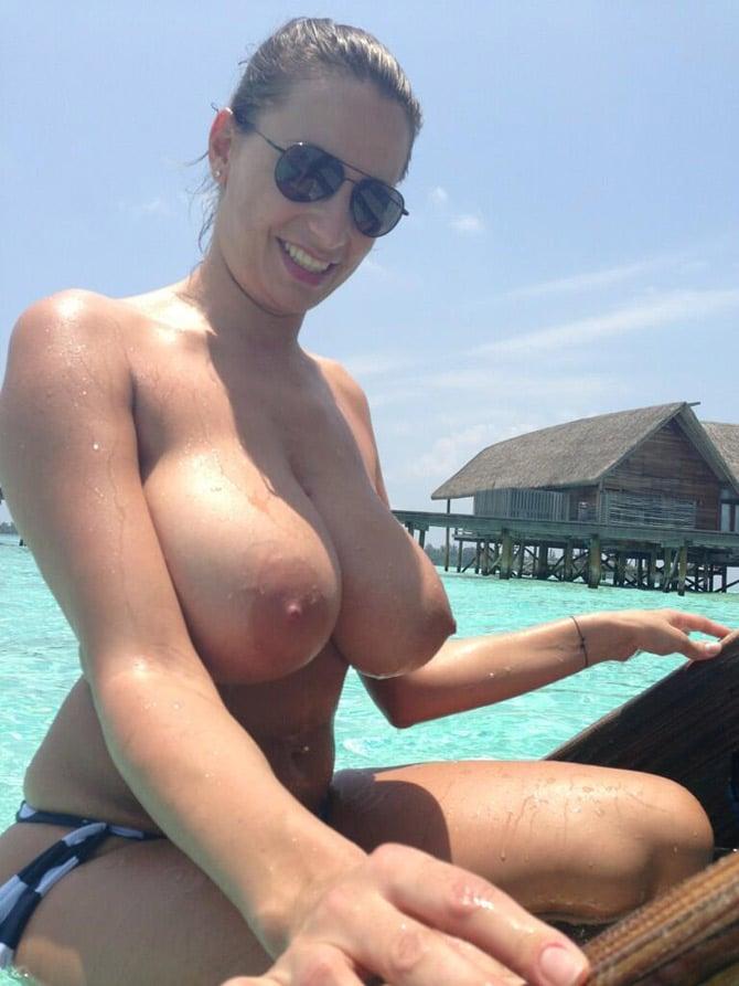 Bombasse topless aux Maldives