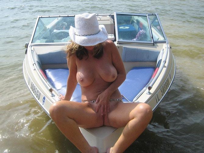 Branlette d'une naturiste mure à gros seins