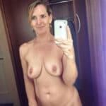 Selfie d'une cougar divorcée aux seins qui tombent