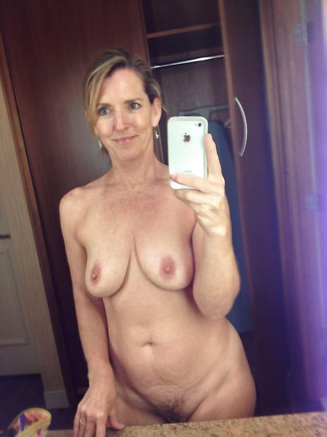 Cougar divorcée aux seins qui tombent