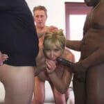 Emmanuelle, vieille salope blonde à gros seins en gangbang