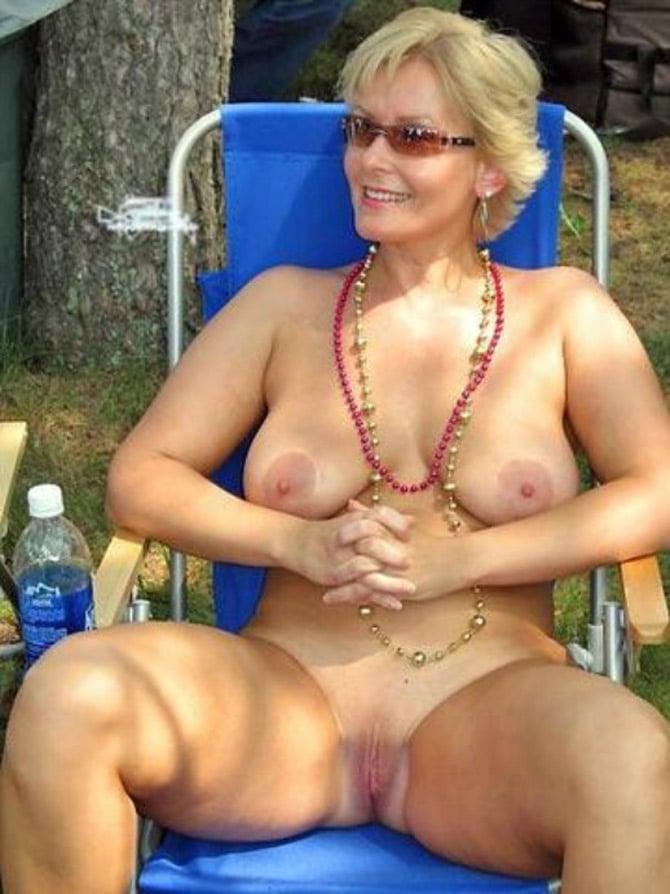 Suzon, magnifique femme mure blonde naturiste