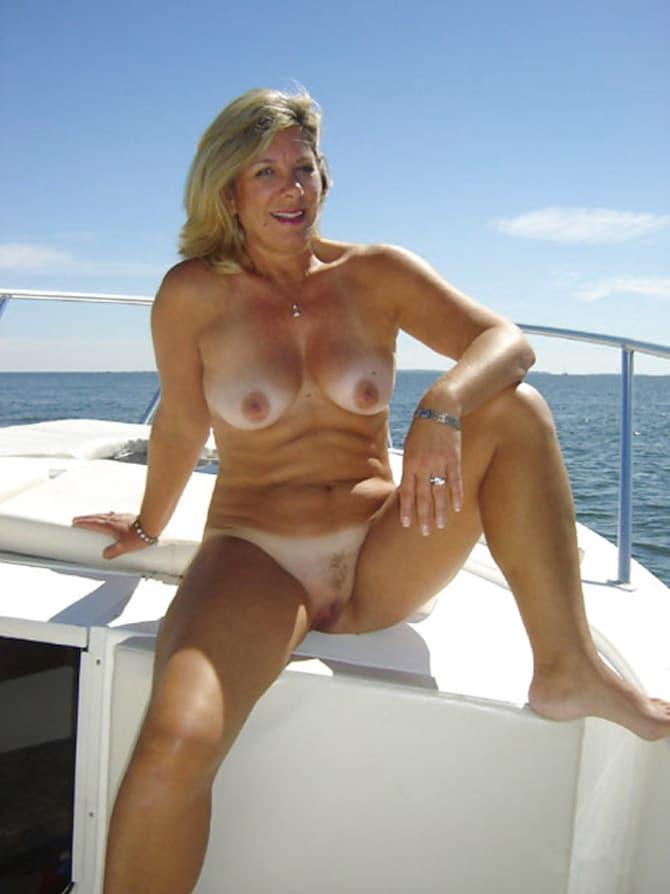 Blonde quinquagénaire nue sur un yacht