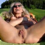 Vieille hippie nudiste à la chatte charnue
