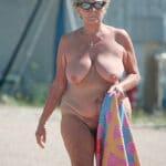Vieille peau nudiste à la plage