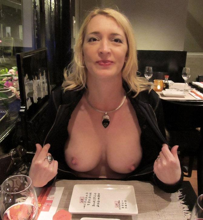 Chantal montre ses seins