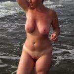 Mireille, plantureuse MILF nue à la plage