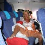 Nathalie exhibe sa chatte rasée dans l'avion