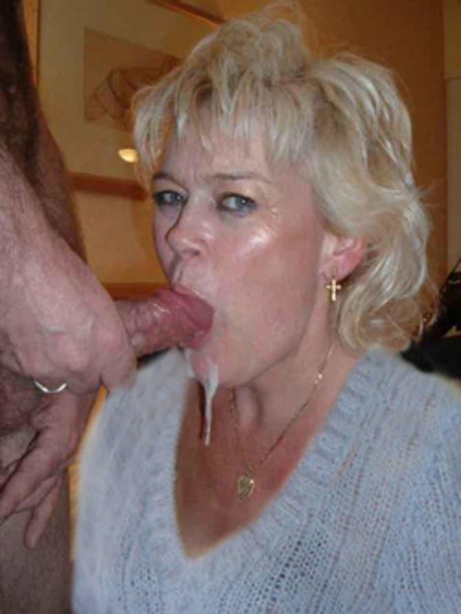 Une blonde bien salope ouvre bien la bouche pour sucer