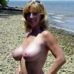 Tres petits seins nus
