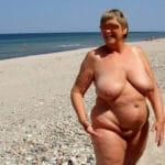 Vieille rombière ronde naturiste nue à la plage