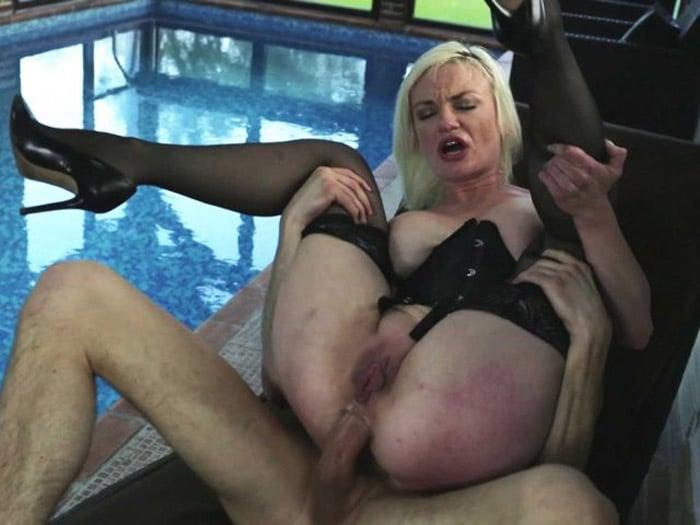 Caroline cougar blonde de Neuilly enculée 14