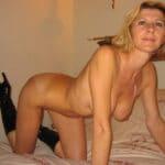 Amélie, femme libertine nue à 4 pattes