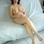Liliane, housewife rousse frivole nue dans son salon