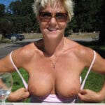 Yolande, vieille blonde naturiste montre ses seins à La-Seyne-sur-Mer