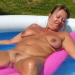Caroline, femme divorcée naturiste se prélasse dans la piscine
