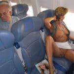 Caroline, milf exhibitionniste à moitié nue dans l'avion