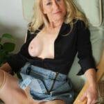 Dominique, vieille chaudasse blonde, de Tarbes, écarte les jambes