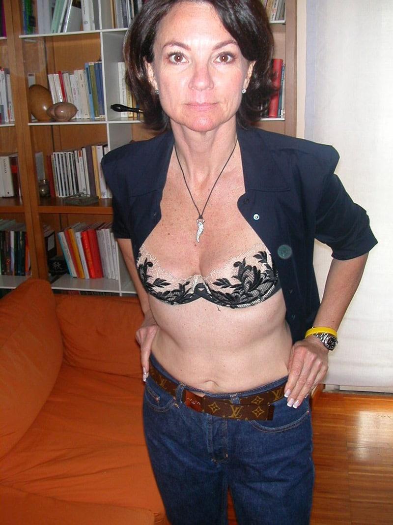 Mature bourgeoise dans un garage en lingerie - 1 part 6