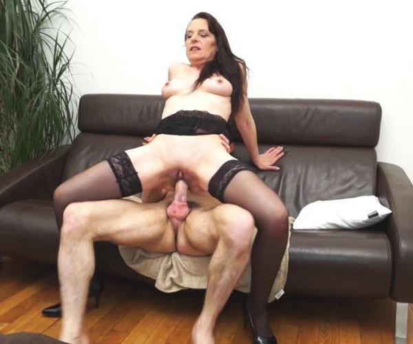 Femmes mûres dominant les hommes collants