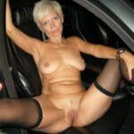 Sabine, femme blonde exhibitionniste nue dans la nuit