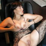 Coralie, secrétaire mature et salope, se chauffe au bureau