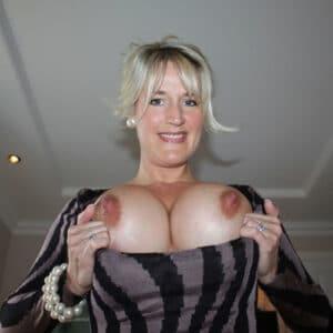 Femme chaude : grosses poitrines naturelles -