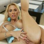 Holly Halston, blonde aux seins énormes culbutée pour Bangbros