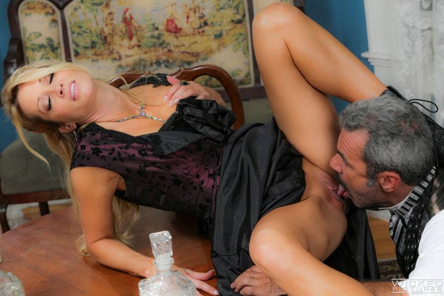 jessica-drake-milf-blonde-corset-sexe-gentleman-wickedpictures-4
