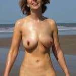 Sandrine, quinquagénaire naturiste nue à la plage