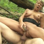 Shanaëlle, salope mature de 48 ans, enculée dans les bois