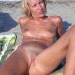 Anne-France, mature naturiste blonde, à poil à la plage