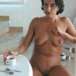 Raphaëlle, milf brune et perverse prend son café toute nue