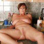 Arlette, femme au foyer grassouillette nue dans sa cuisine