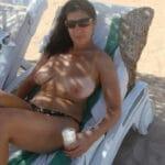 Cécilia, milf brune pulpeuse topless à la plage