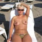 Clémentine, blonde divorcée de 44 ans seins nus en vacances