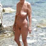 Henriette, vieille mamie naturiste aux miches qui tombent