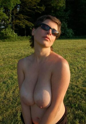 Photo naturiste nue femme poilue