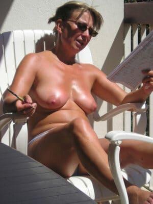 2 lesbiennes au bord de la piscine - 1 part 3