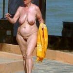 Vieille mamie naturiste nue aux énormes gants de toilette