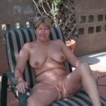 Anne-Marie, mature grassouillette qui prend le frais sur la terrasse