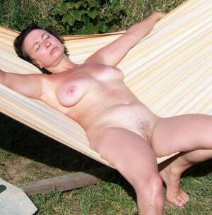 apres-midi-sieste-nudiste-julie-milf-versailles