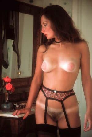 Femme en culotte sein nu