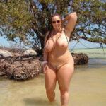 Claudine, milf ronde nue aux Caraïbes