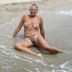 Danielle, mamie sexy et topless à la plage